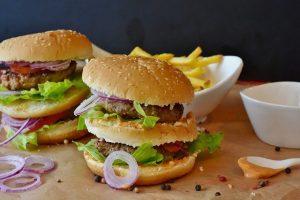 מומחה לבריאות מסביר מדוע המבורגר יכול להיות טוב יותר עבורכם מאשר אוכל בריא